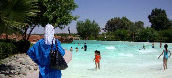 le parc aquatique oasiria de marrakech interdit le burkini pour des raisons d 39 hygi ne. Black Bedroom Furniture Sets. Home Design Ideas