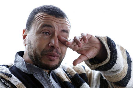 Younes Chekkouri en larmes alors qu'il évoque la torture et les abus dont il a été victime pendant sa détention. (AP Photo / Abdeljalil Bounhar)