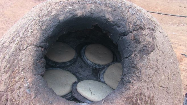 Du pain cuit dans un four à bois traditionnel. / Ph Mounira Lourhzal