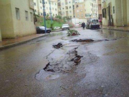 La chaussée n'a pas résisté aux fortes pluies. Des affaissements dangereux ont déjà entraîné des accidents.