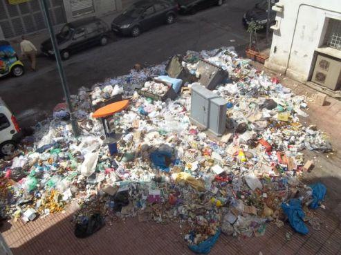 Poubelle à quelques mètres de la gare de Rabat (Ph: Ismail Azzam via Facebook)