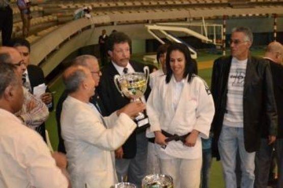 et côté femmes. Ici, le président de la Fédération royale marocaine de judo remet la coupe,