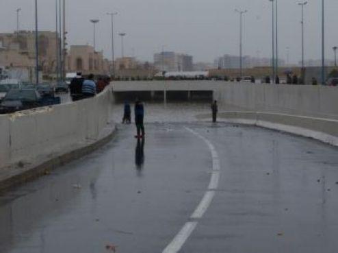 Il a d'ailleurs vite trouvé une autre utilité : des jeunes du quartier se sont jetés dans l'eau à partir du pont.