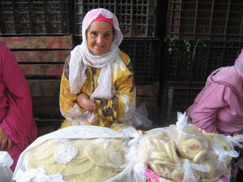 Pour les femmes actives, pas de panique: tout est dans le commerce. Ces dames qui vendent des msemmen, baghrir, mlaoui, voire même des briouates à des prix plus que raisonnables permettent aux «salariées» de respirer et remplir leur table le f'tour venu.