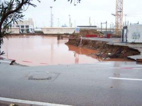 Le chantier s'est tout simplement effondré, et une partie de la chaussée avec. Les travaux devraient prendre beaucoup de retard.