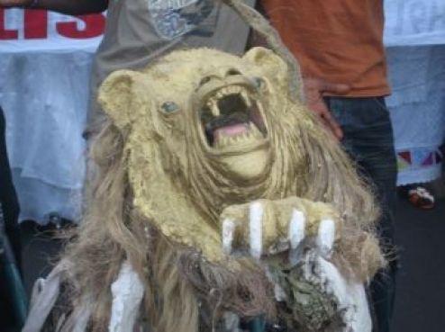 ... Avec les rugissements du roi lion.