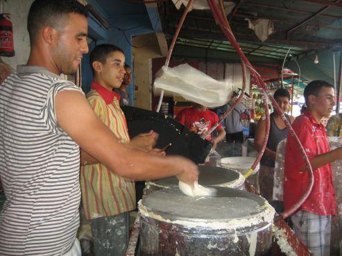 La «feuille de pastilla» est très demandée pendant le ramadan. Pastillas, briouates ou nems, d'autres spécialités à base de cette pâte sont testées pendant le mois de ramadan, ou les ménagères s'ingénient à remplir la table du f'tour..