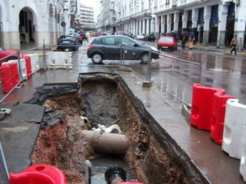 Au centre ville, certaines chaussées ont connu d'importants effondrements de la chaussée. Ici, sur le boulevard Mohamed V.