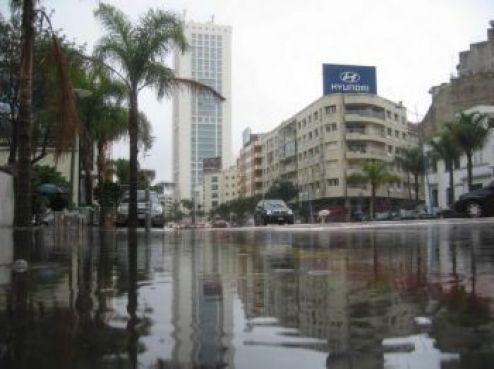 Mardi, 30 novembre, Casablanca s'est levée sous les eaux. En une seule nuit,le pluviomètre a enregistré 178 mm, selon les autorités locales. Même le cœur du Casablanca moderne a été submergé. Ici le boulevard Massira Khadra, devant les Twins.