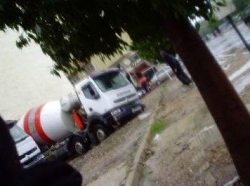 Les véhicules lourds sont d'ailleurs enlisés. Boulevard Abdelmoumen, un autre camion benne s'est complétement renversé suite à l'affaissement de la chaussée (Voir Zapping vidéo).