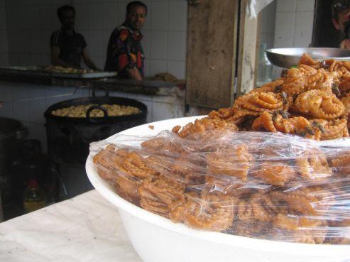 La chebbakia, gâteau au miel et aux graines de sésame, est le meilleur accompagnement pour la harira. Les prix sont stables, y'en a pour toutes les bourses: dans les commerces ils varient entre 20 et 60 dhs le kilo. Mais la plupart en font à la maison.
