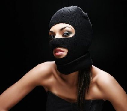 En 2011, elle sert de mannequin à une école de maquillage, ici photographiée par Joel Benguigui. La cagoule n'est qu'un accessoire car Nadia est avant tout ...