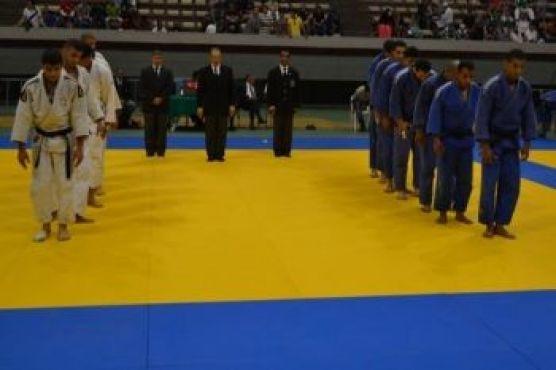 La finale des équipes masculines s'est disputée entre Mouloudia de Salé (en blanc) et Top Gym Casablanca.