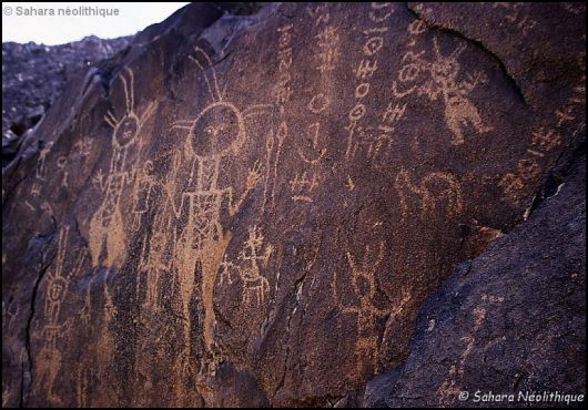 Bien que le berbère soit une langue essentiellement de tradition orale, les Berbères possèdent, depuis au moins deux millénaires et demi, leur propre système d'écriture appelé \