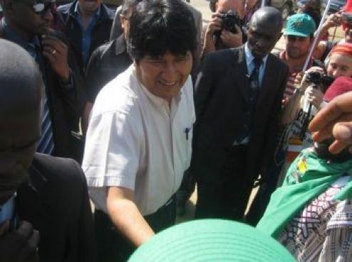 ... Mais aussi de grandes figures de la lutte contre la discrimination sociale. Dont Evo Morales, président de la Bolivie. Il s'est désolé d'être l'unique chef d'Etat qui a pris part à la manifestation. Ce n'est pas Davos!