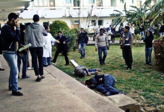 Ahmad et Anas, les deux étudiants gisant sur le sol. Ahmad succombera à ses blessures. La photo a été prise par un étudiant quelques minutes après leur chute.