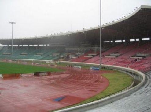 Il faut dire que sous ces conditions, il aurait fallu être bien brave pour resister aux pluies torrentielles, aussi bien sur le terrain que dans les tribunes...