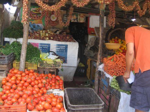 La tomate reste la bête noire des foyers cette année aussi. Les prix qui varient entre 7 et 9dhs restent trop élevés pour cet aliment utilisé dans pratiquement tous les plats, et principalement la harira.