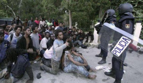 600 migrants forcent la frontière barbelée (Vidéo) — Espagne
