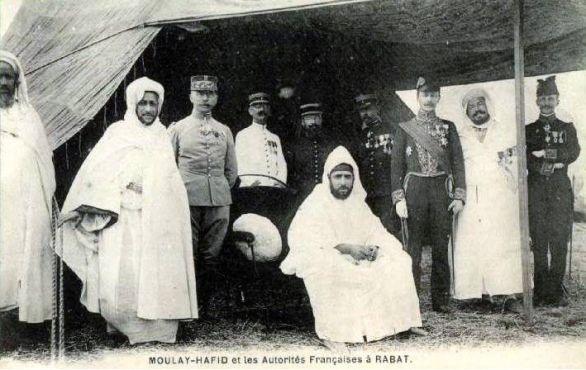 Le sultan Moulay Abdelhafid à Rabat, au lendemain de la signature du traité. / Ph. DR