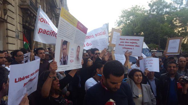 Manifestants pro Hirak, devant l'ambassade du Maroc à Paris / Ph. Ghizlaine Badri - Yabiladi.com
