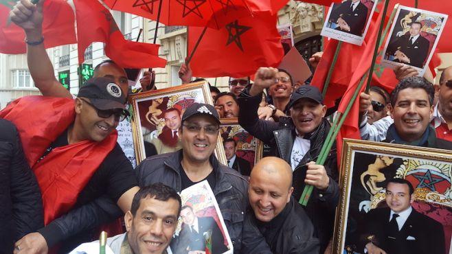 Manifestants anti Hirak, devant l'ambassade du Maroc à Paris / Ph. Ghizlaine Badri - Yabiladi.com