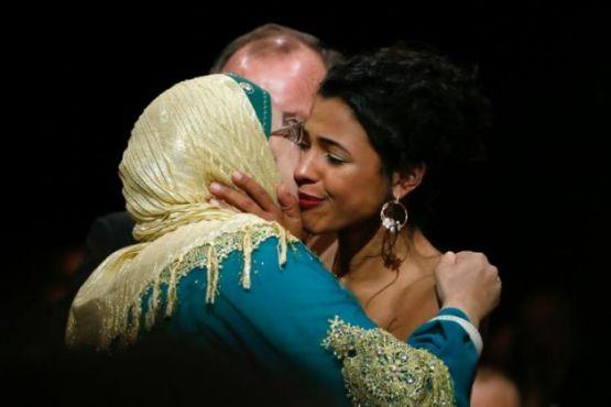 L'actrice Soria Zeroual qui joue Fatima vient félicité Zita Hanrot qui a remporté le César 2016 du meilleur espoir féminin