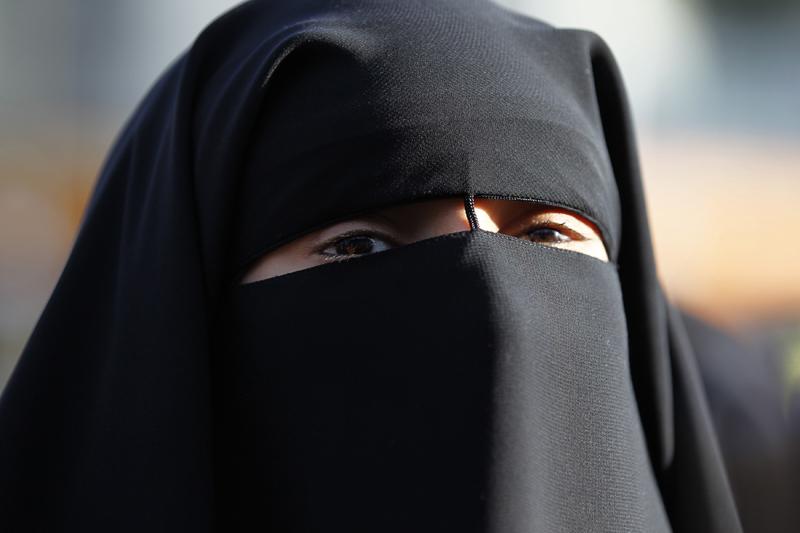 italie une femme cope de 30 000 euros d amende pour avoir port un niqab. Black Bedroom Furniture Sets. Home Design Ideas