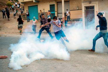 البوشتاوي: عبد الحفيظ الحداد توفي صباح اليوم متأثرا باستنشاقه الغاز المسيل للدموع وجثمانه في طريقه إلى الحسيمة