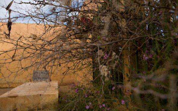 La tombe de Rabbi Moul Sedra, dans le cimetière juif situé au nord d'Errachidia. / Ph. Diarna