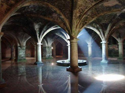 Au centre de la cité se trouve une citerne souterraine comportant 23 portes et construite par les Portugais. / DR