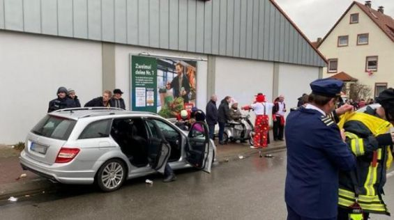 Une voiture fonce dans un défilé de carnaval, plusieurs blessés