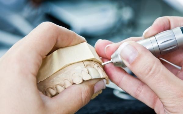forum des prothesistes dentaires Problèmes dentaires / mais je suis toujours enflée au niveau de la joue avec douleurs mon dentiste me fait passer des radios mais rien bon forum à tous.