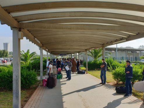 Un groupe de Marocains lors de leur arrivée à l'aéroport d'Alger-Houari Boumédiène ce samedi matin. / DR