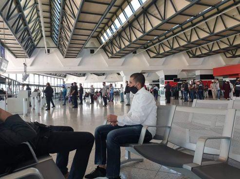 Un groupe de Marocains à l'aéroport d'Alger-Houari Boumédiène ce samedi matin. / DR