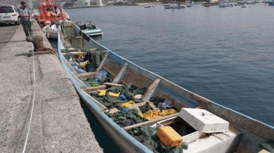 L'un des bateaux dont les occupants ont été secourus cette semaine au large de Gran Canaria. / Ph. Ángel Medina - EFE