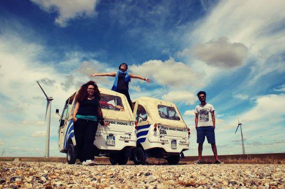 Anass Yakine, Houda Chaloun et Amal Choulli sont trois jeunes bloggeurs marocains qui ont débuté dimanche dernier un voyage très original. /Anass Yakine