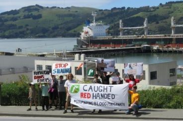 Phosphate cargo : A New Zealand environmental organization campaigns in favor of the Polisario