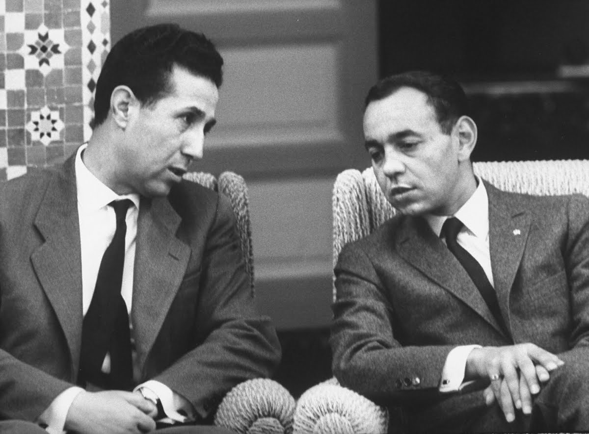 Le roi Hassan II en compagnie du premier ministre algérien Ahmed Ben Bella, au Palais royal de Rabat en 1962. / Ph. Hank Walker