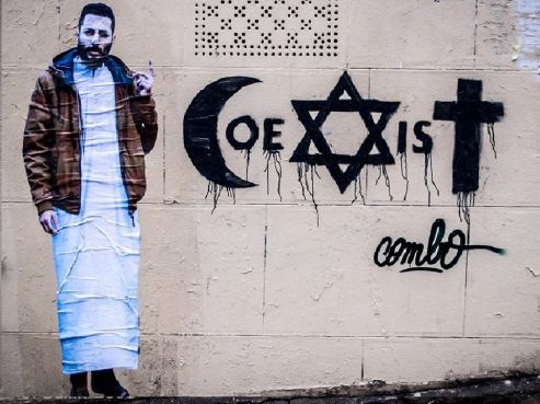 street art un artiste se fait agresser pour ses affiches appelant la coexistence entre les. Black Bedroom Furniture Sets. Home Design Ideas