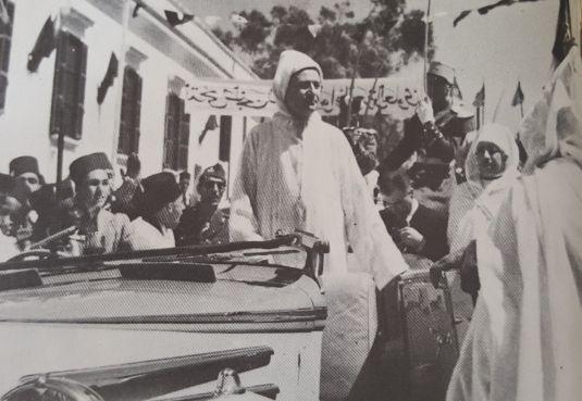 Le souverain accueilli par les Tangérois peu de temps avant son discours du 10 avril 1947. / Ph. «Mémoires du patrimoine marocain» (Sixième volume)