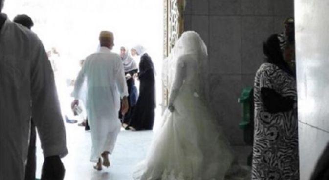 العروس المغربية في باب المسجد الحرام