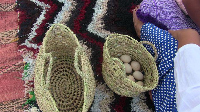 Des œufs fermier et des couffins faits à la main. / Ph Mounira Lourhzal