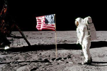 عندما حمل رواد فضاء أمريكيون رسالة من الحسن الثاني إلى سطح القمر
