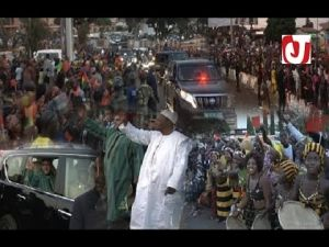 ساكنة غينيا تخرج بالآلاف الى الشوارع لاستقبال الملك محمد السادس