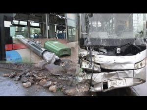 حافلة  نقل حضري تصطدم بحافة الطريق وتدهس سيارة صغيرة بتمارة