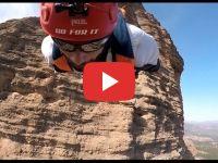 Le saut extrême d'un couple espagnol depuis la cathédrale de Tilouguite