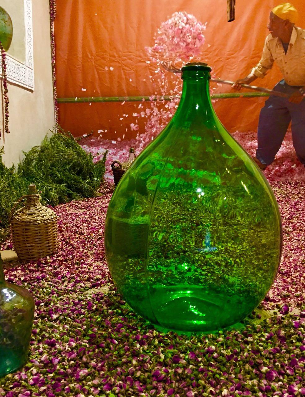 Une salle où les techniques d'extraction de l'essence des fleurs, comme le faisait les familles marocaines autrefois. / Ph. Abderrazzak Benchaâbane