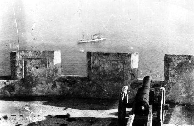 Le navire allemand devant la baie d'Agadir. / Ph. DR