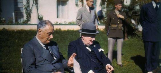 Le président des États-Unis, Franklin Roosevelt et le Premier ministre britannique, Winston Churchill, lors d'une rencontre en marge de la Conférence d'Anfa à Casablanca. / DR
